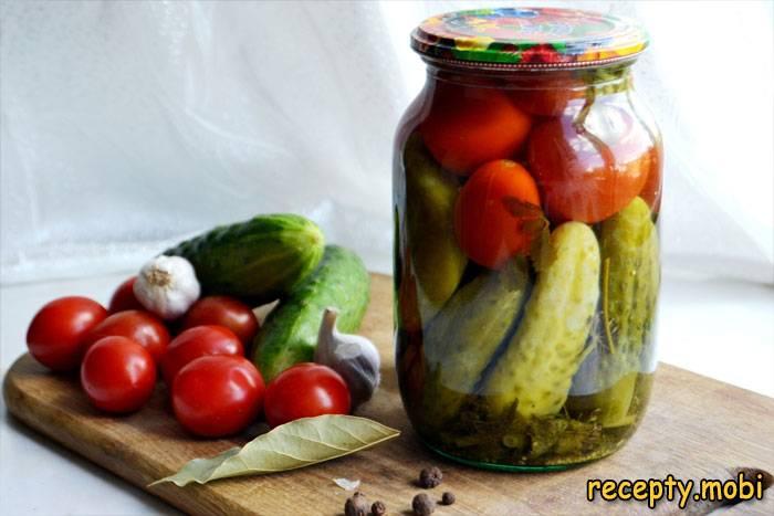 Ассорти из огурцов и помидоров на зиму в литровой банке